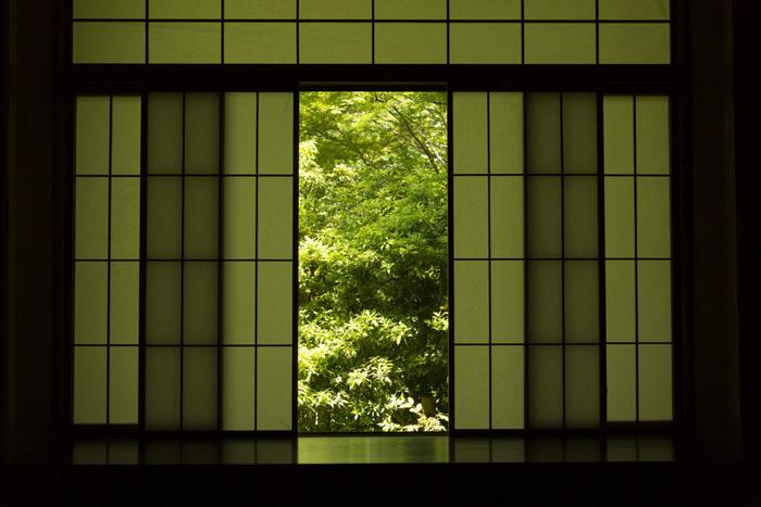 お寺のお堂は夏でもひんやりと涼しく、熱がこもった感じがしませんよね。それは、襖が開け放たれていて、風通しが良いからなんです。部屋もそのイメージで、風の通り道を作るのがコツ。