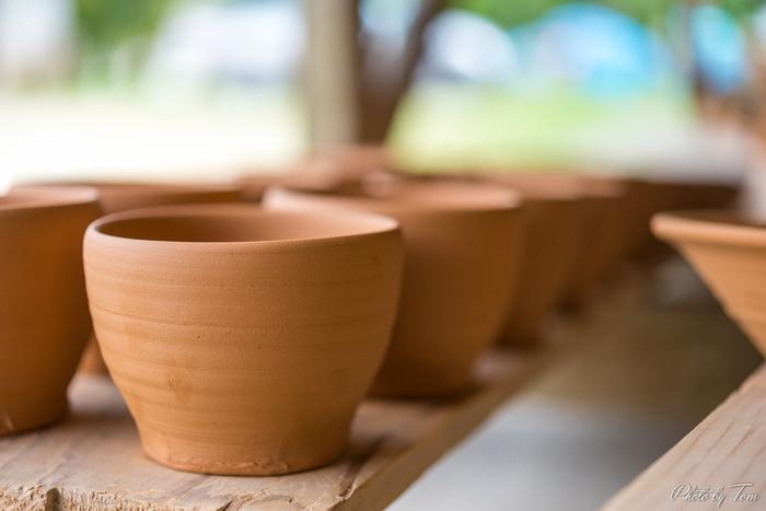 土の感触は、小さい頃に遊んだ泥遊びの記憶が甦ります。出来上がりをイメージしながら造形する楽しさがありますね。 また陶芸の良いところは、出来上がった作品が生活のごく身近な所で活躍するという事です。 贈り物にするにしても、その人と生活をイメージして創ったそれは、この世でたった一つの作品です。