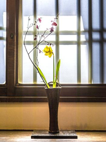 センスを活かして生け花に挑戦してみても。作品は玄関や床の間に飾ってみたり。日常にお花がある生活もとっても素敵です。