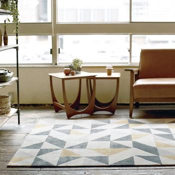 ユニークな幾何学模様のラグも北欧らしいカラーで楽しみたい。ラインの美しい家具をより一層引き立ててくれますよ。