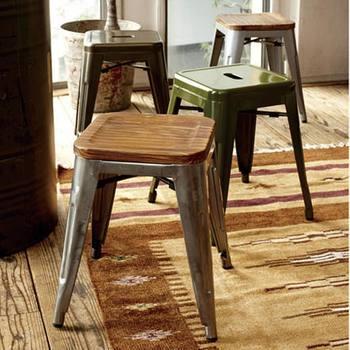 ちょっとしたディスプレイや、サイドテーブル代わりにもなるスツールは、カフェスタイルを盛り上げてくれるアイテム。スチールと木製など異素材MIXがおしゃれ。