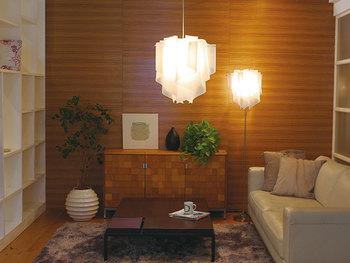 ペンダントライトやスタンドライトを複数使ってお部屋の明かりを演出するのも、北欧インテリアの特徴です。同じシリーズで揃えて統一感のある空間に。