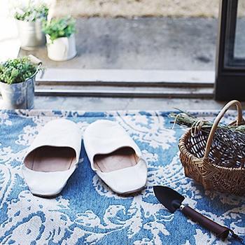 足元には夏の素足にも心地良い、肌触りの良いラグを用意したいですね。ホワイトとブルーのペイズリー柄が素敵なラグをアクセントに。