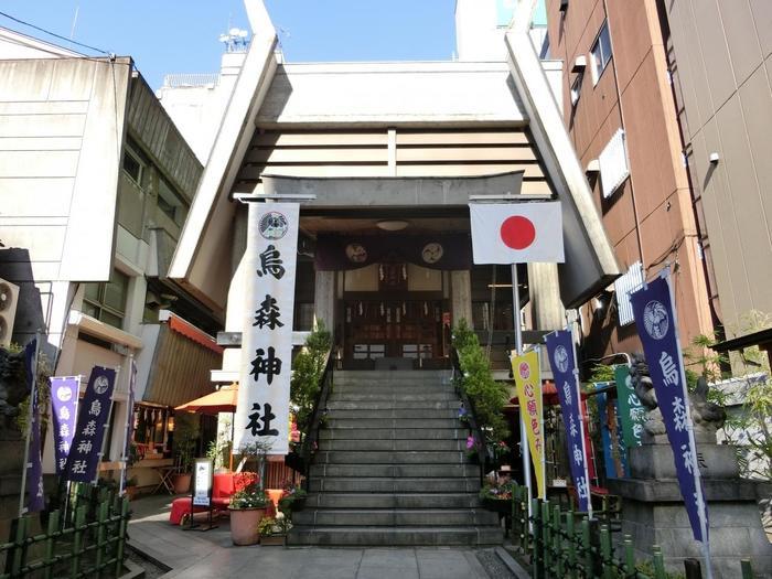 """烏森神社は、御朱印好きには知られた神社のひとつ。JR新橋駅から歩いて2分の場所にあり、アクセスも良好。昔このあたりは松林で烏が集まり巣を作っていたことから""""烏森""""と呼ばれるようになったんだそう。必勝祈願や商売繁盛、家内安全などのご利益があります。"""