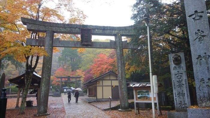 古峯ヶ原に鎮座する「古峯神社」は、関東の中で随一の霊山でもあり、御祭神は日本武尊(ヤマトタケルノミコト)です。家内安全・商売繁盛・交通安全・身体健全・心願成就などにご利益があります。