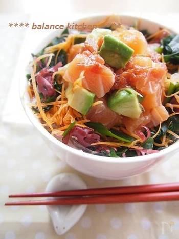 黄金コンビのアボカド×サーモンを、梅ダレでいただく爽やかレシピ。海藻サラダミックス、ニンジンスライスも梅ダレと相性抜群で、たくさん添えていただきましょう。ミネラルもビタミンも一緒に補給できますね。さらに、ご飯にゴマを加えても美味しそう。  戻した海藻や野菜はベチャっとなりやすいので、よく水気を切るのが美味しいコツです。
