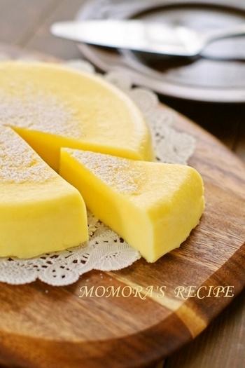材料を混ぜてレンジで5分加熱するだけでの超簡単レシピ。ホットケーキミックスを使っているのが時短のポイント。熱々でふわふわの食感&冷やしてしっとり濃厚、最高の美味しさです♪