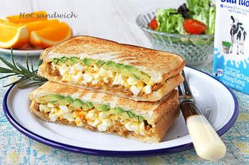 細かくカットされたゆで卵×アボカドのきれいな断面が食欲をそそるホットサンドです。 一番下にサンドされているのは、タレを混ぜた納豆。実は納豆、アボカドの味を引き立たせる名脇役で、ご飯ではなく、パンでも、その力を発揮してくれるんですよ。とろっと感のある食感も楽しく、さらに千切りキャベツでシャキシャキ感を加えてもグッドです。