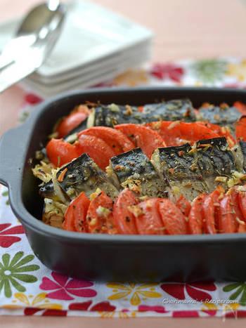 ちょっと意外?なお魚をつかったオーブン料理。 まず、ご紹介するのは干物の塩サバを使ったオーブン焼き。塩サバの旨味と、トマトの爽やかな酸味がとっても良くあう一皿です。バジルやタイムなどのハーブを加えることで、お魚の臭みが消えてGOOD。