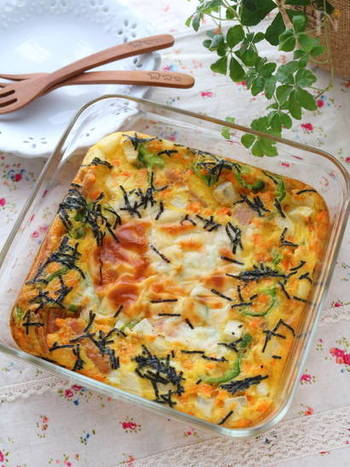 お野菜をたっぷりいれて、出汁で味付けした卵を焼き上げた和風のオムレツ。チーズの濃厚さが加わって、お子さまにも喜ばれる一品です。山芋のザクザクした食感がアクセントに。