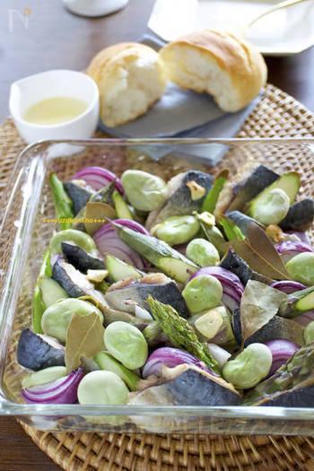 本当にシンプルに並べて焼いただけなのに、ちょっとコース料理の前菜に思えるくらい♪食材のカタチと彩りが楽しめるレシピ。旬のお野菜などを使って、彩りを意識したいお料理ですね。つけあわせに、チーズソースはもちろん温泉卵もおいしそう。