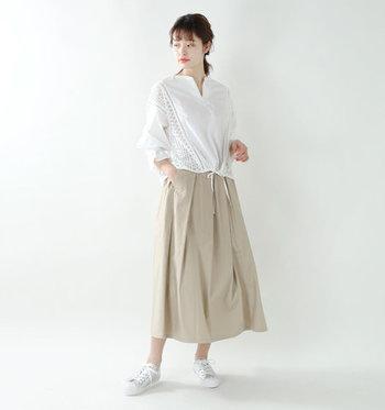 """ボリューム感あるロングスカートは、シャツ裾をボトムスインすることが多いもの。でも裾絞りデザインのスキッパーシャツなら、""""ボトムスアウト""""しならが全身のバランスの良さを実現できます。さり気ないレースの透け感も爽やかです。"""