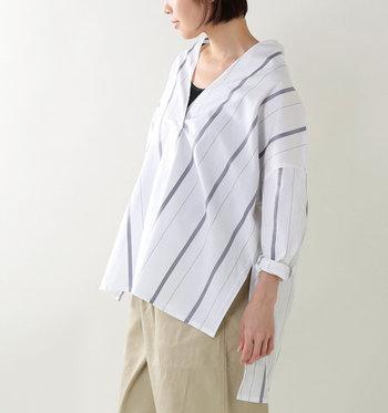"""襟元にすっきりと切り込みが入った被り型デザイン(プルオーバー)が特徴の「スキッパーシャツ」は、""""きちんと感""""と""""リラックス感""""をあわせ持つ、夏のデイリーにおすすめのアイテムです。今回は、スキッパーシャツに似合うボトムス別に、大人ナチュラルな着こなしコーデをご紹介します。"""