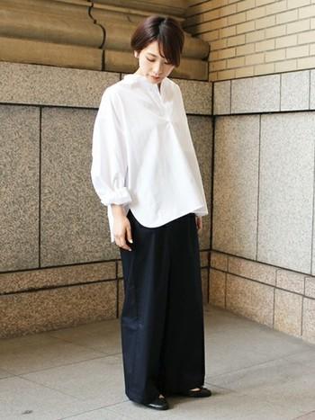 """フロントインやウエストマークする着こなしが人気の中、あえてシャツの裾を""""ボトムスアウト""""したハイセンスな着こなし。コントラストがはっきりした上下の組み合わせが、シャープなメリハリを作っています。"""