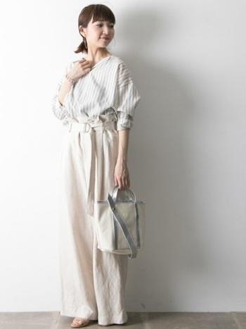 ホワイト系で統一した爽やかなスタイリング。膨張色を使いつつも、シャープな印象のストライプのスキッパーシャツや着こなしでバランスを取った、センスの光るコーディネートです。