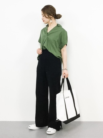 シックなグリーンカラーのスキッパーシャツが主役のコーデ。ゆったりシルエットのシャツも、ブラックカラーのワイドパンツと合わせることでシックでモードな雰囲気に。