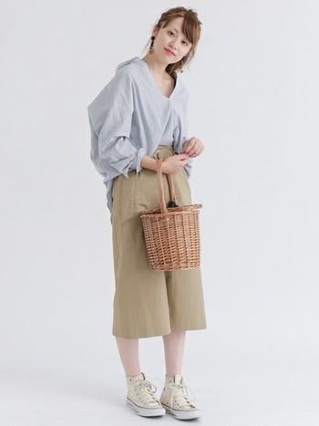 """オーバーサイズのスキッパーシャツを""""抜き襟+フロントイン""""したスタイリングは、こなれ感と腰まわりのスタイルアップも狙えるぜひマネしたいテクニック。ナチュラルなかごバッグで季節感をプラスしています。"""