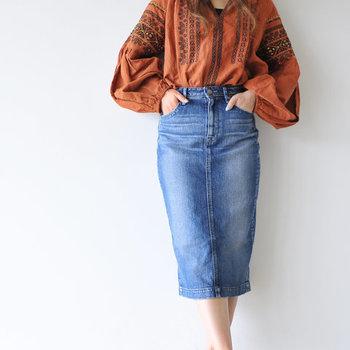 """今季の「タイトスカート」は大胆なミニ丈と、膝下のミモレ丈が注目されています。その中でも""""大人ナチュラル""""に似合うのは「長め丈」。ゆったりとしたシルエットで作ることの多い「ナチュラルコーデ」に、""""ソリッドなデザイン""""をワンアイテム加えれば、簡単に大人っぽさが実現します。"""