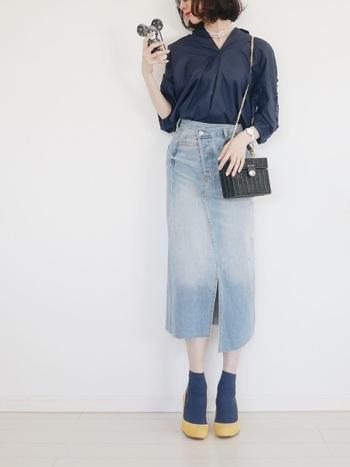 スキッパーシャツからスカート、靴下までブルーの同系色で統一。優しいイエローのパンプスがアクセントカラーとして引き立っています。