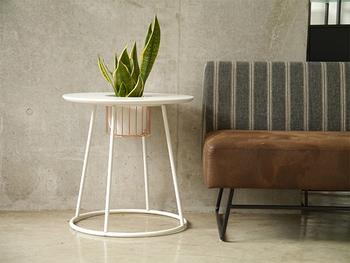 プランター受けが付いたユニークなサイドテーブル。お気に入りのグリーンや季節の花も存分に楽しめます。