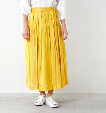 動くたびに表情を変える「ロングスカート」は、着こなしを優雅に演出してくれます。大人のナチュラルスタイルに取り入れたい、おすすめのアイテムです。スキッパーシャツと合わせて、着回しの幅をぐんと広げてみませんか。