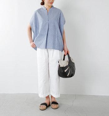 """着心地のよい「スキッパーシャツ」があると、暑さでけだるい日々も""""しゃんとした気分""""でファッションを楽しめそう。ボトムスで着回しに変化をつければ、マンネリしがちな着こなしもワンランクアップします。夏に向けて、あなたらしい一枚を探して、コーディネートに取り入れてみてくださいね。"""