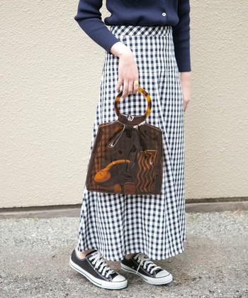 """女性らしい品の良さをぐんとアップしてくれる「小ぶりなハンドバッグ」。片手で持てるほどのコンパクトさは、全身の""""ワンポイント""""としても主張あるデザインを選びやすいアイテムです。"""