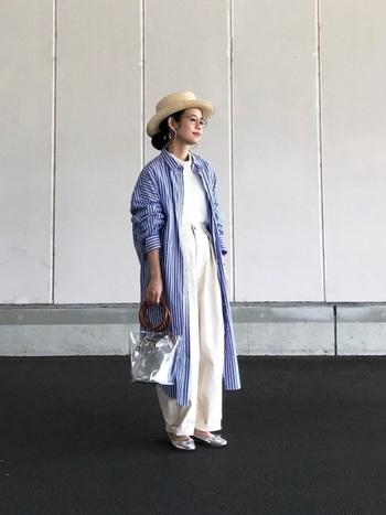 ロングシャツをアウターとしてさらりと着こなしたパンツスタイルに、クリアなビニールハンドバッグを合わせています。重くなりがちなレイヤードスタイルも、バッグの透明感で軽やかに。さらに、インナーのパンツとトップスをワントーンでまとめることですっきりとした印象にしています。