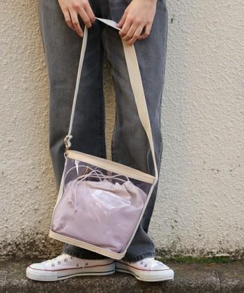 アクティブな一日に、頼りになるのが「ショルダーバッグ」。肩から掛けれるデザインは重さが分散され、長時間バッグを持ち歩いていても笑顔で過ごせそう。ビニール素材初心者さんにもおすすめです。