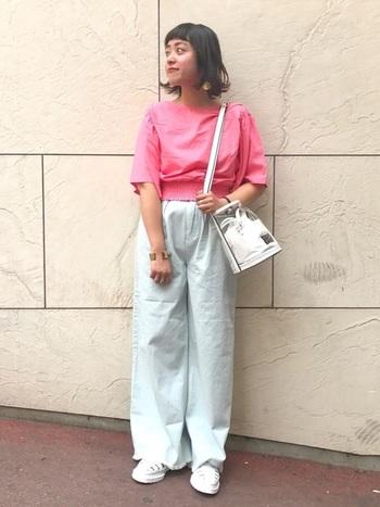 はっきりとしたピンクのトップスが印象的なリラックスカジュアルなパンツスタイル。クリアバッグのショルダーをはじめ、トップス以外をホワイトカラーで統一することで、爽やかなナチュラルテイストに仕上げています。