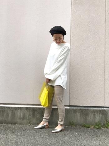 イエローカラーのビニールバッグが目をひく、シンプルなパンツスタイル。ミニマムな中にビニールバッグがアクセントと遊び心を添えます。