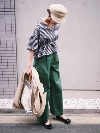 """グリーンのワイドパンツとギンガムチェックのスキッパーシャツを合わせたリラックスコーデ。ビニールバッグが爽やかな季節感を演出しています。透け感が気になる…という時は、""""中袋""""があると便利です。"""