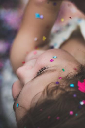 嫌なら大泣きし、嬉しければ叫んで走り出すなど、子どもの感情表現はまっすぐでパワフルです。マイナスの気持ちもプラスの気持ちもこれでもかというほどに爆発させることができます。