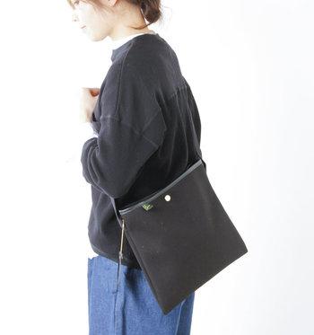 """こちらも同じく「Brady(ブレディ)」より。すっきりとしたスクエア型が""""今っぽい""""雰囲気をつくってくれる、サコッシュタイプのバッグ。熟練の職人が手掛けるバッグはカジュアルさと上品さのバランスが絶妙です。キレイめコーデに持ってもオシャレ。"""
