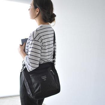 合わせる洋服を選ばないシンプルでユニセックスなデザインが魅力のマリメッコのショルダー。軽くて丈夫なナイロン素材を使っているので、普段使いはもちろんアウトドアシーンにもぴったり◎。フロント、バック、サイド、内側とポケットもたくさん付いていて、貴重品や散らばりがちな小物もすっきり収納できます。