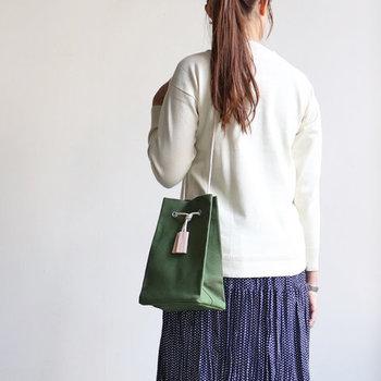 日本の職人がひとつひとつ丁寧に手作業で仕上げるバッグブランド「TEMBEA(テンベア)」の定番モデル。他にはない、可愛くて女性らしい佇まいが魅力です。紐を結んで長さを調節できるので、肩に掛けたり手で持ったりとその日の気分やコーデに合わせられるのもうれしい。マチがあるので小さいながらもきちんと収納力を確保しています!カラー展開も豊富◎。