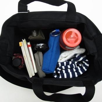 水筒、羽織もの、折り畳み傘、ポーチ…。ご覧の通り使い勝手バツグンの大容量サイズ。小旅行やマザーズバッグとしてもおすすめです。