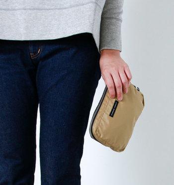 使わないときはこんな風にフロントのポケットに小さく収納して持ち運べます。バッグに忍ばせておけば、お買い物で荷物が増えてしまったときや、旅行先でお土産をたくさん買ってしまったときにも慌てずにすみます◎。