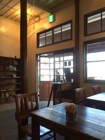 かつて海産物問屋として使用されていた倉庫をリノベーションしたという店舗。それゆえ天井が高く開放感があり、木製家具も古材の風合いが感じられて、心地よさ抜群。