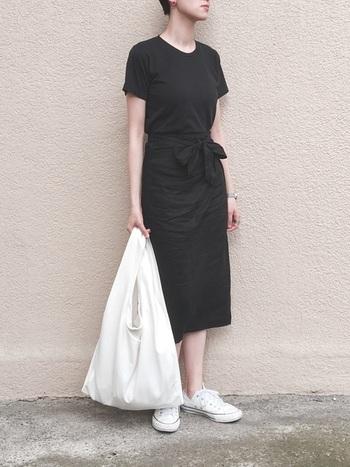 黒のタイトススカートと合わせれば上品な印象に。夏は、白スニーカーとキャンバスバッグで爽やかさを加えましょう。モノトーンのバランスが絶妙です。
