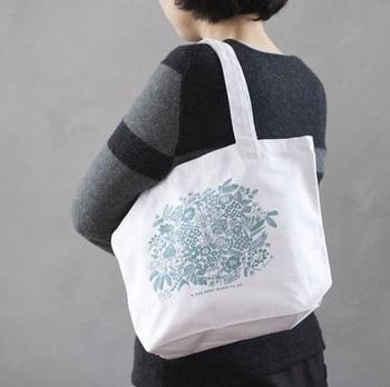 通勤通学のサブバッグや、ランチバッグとしてちょうど良い大きさ。お買い物にも便利です。お花モチーフを引き立たせるように、あえてシンプルなコーデに合わせるのも大人っぽくて素敵ですね。