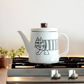 目にした瞬間、北欧らしさを感じる大人気の猫「マイキー」が描かれたホーローポット。ポットは日本の老舗メーカー・野田琺瑯とのコラボアイテム。デザインも機能性も◎なキッチンアイテムがあれば、お料理をするのが楽しくなります♪