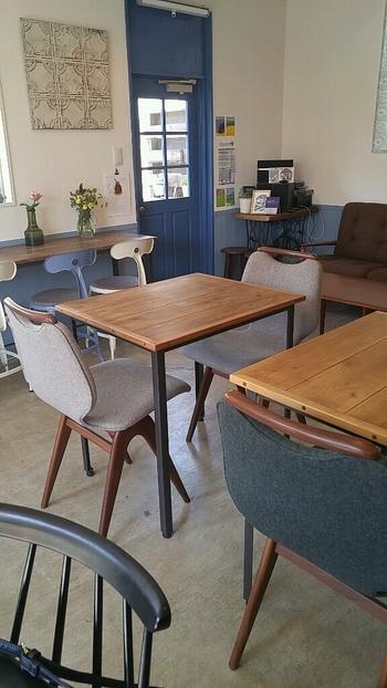 カフェスペースもまた、ゆったりとくつろげる雰囲気。インテリアは北欧風デザインで整えられています。  北欧空間でくつろぎつつ、窓からは江ノ電を眺める…。ちょっとユニークな気分を楽しめそうです♪