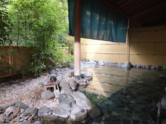 例年温泉人気ランキングで1、2位を争うほど人気を誇る「箱根湯本温泉」の魅力を一言で述べるならば、温泉を純粋に楽しめ、リフレッシュ出来る環境が整っていることに尽きます。  その魅力を支える要素は、都心部からのアクセスの良さ、猥雑さのない自然環境、温泉の質の高さ。そして、利用者の好みに応じられる温泉施設が種々様々にあることです。【「ホテルマイユクール祥月」】