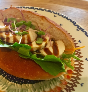 ふっかふかのコッペパンサンドが、イチオシメニュー。居酒屋が多い大正エリアで、こうした美味しいコッペパンを食べられるのはいいですね♪