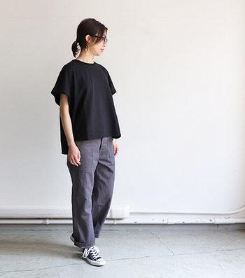 ワイドな身幅のゆったりとした黒Tシャツは、リラックス感のあるスタイルを作ります。黒なのでラフになりすぎないところもポイントです。