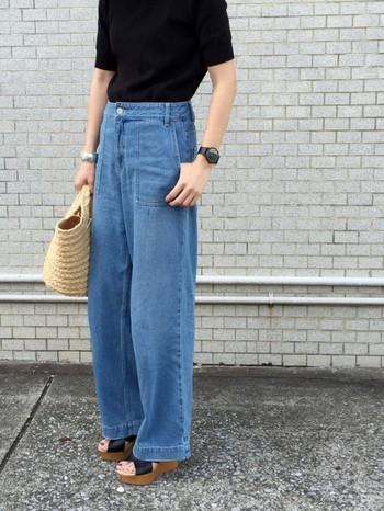 トレンドのワイドデニムパンツも大人っぽく決まる黒Tシャツ。ボトムスインで上半身をすっきり、さらにウエッジサンダルでスタイルアップ効果が期待できます。