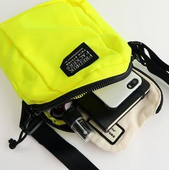 フロントにタックが入っているので見た目以上の収納力!貴重品はもちろん、ミニサイズのスケッチブックやデジカメを入れるのにもいいですね。背面のオープンポケットには頻繁に出し入れする携帯を入れるのに良さそう。