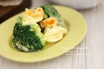 カレー粉が入って香りがよく、食欲をそそります。ゆで卵はざっくりと混ぜることで、卵の白と黄色のコントラストを楽しむことができます。