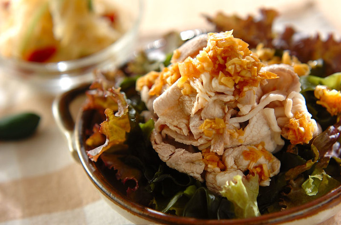 サニーレタスとワカメ、プチトマトでボリュームアップした茹で豚のサラダです。ネギは粗みじんにしてたっぷりかけていただきましょう。